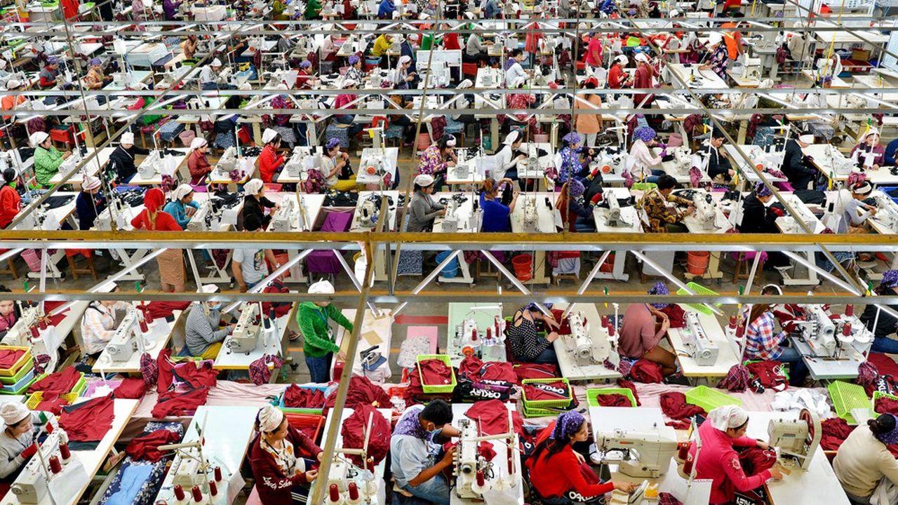 Les usines textiles sont très nombreuses au Cambodge. Dans celle-ci, 800 à 900 ouvriers travaillent en même temps.