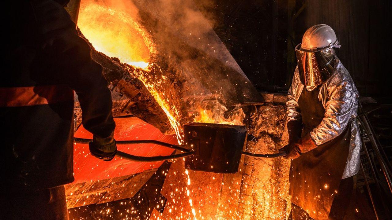 Des ouvriers dans une fonderie. Le patronat de la métallurgie a constitué son propre guide, comme plusieurs autres branches.