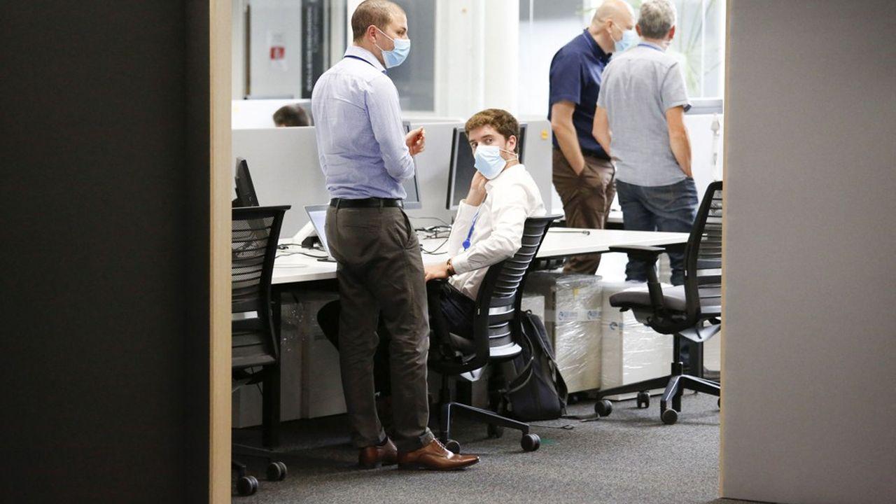 Au siège de PSA ou dans la tour Engie de La Défense, le masque est déjà obligatoire partout. Les salariés doivent le porter même lorsqu'ils sont assis à leur poste de travail.