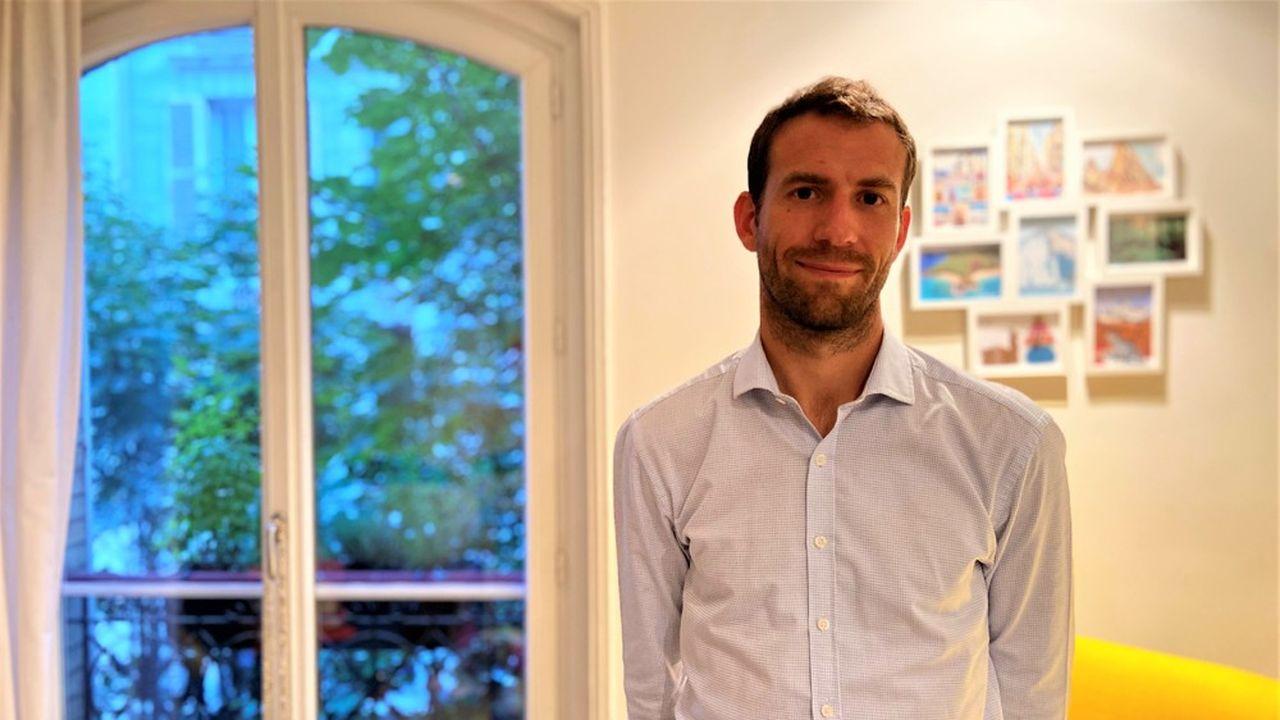 Romain, qui a grandi à Dijon, habite depuis près de dix ans à Paris, actuellement dans le XVIIème arrondissement.