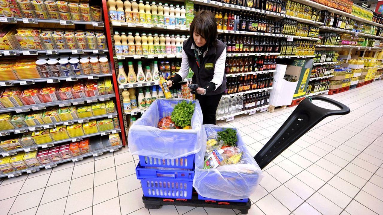 Les ventes en lignes sont les gagnants de la crise du coronavirus. Une employée au service du Drive du supermarché Casino de Malemort fait les courses commandées par le client sur Internet.