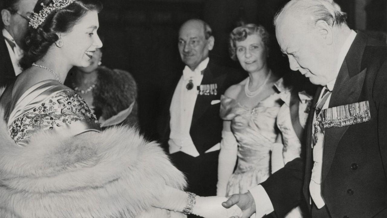 A Elisabeth II, ce formidable connaisseur de la vie politique anglaise qu'est Churchill explique les rapports de force entre les partis, les programmes des uns et des autres et les différences qui peuvent exister entre telle ou telle personnalité….