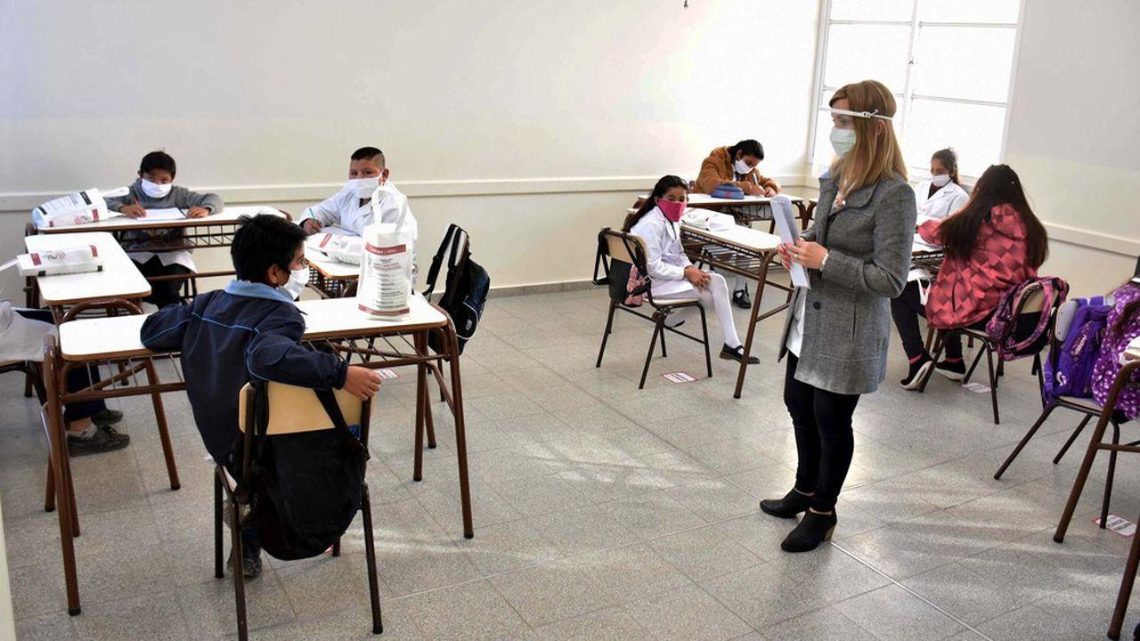 Des élèves ont retrouvé leur salle de classe, lundi dernier, dans la province de San Juan, la première à avoir rouvert les écoles.