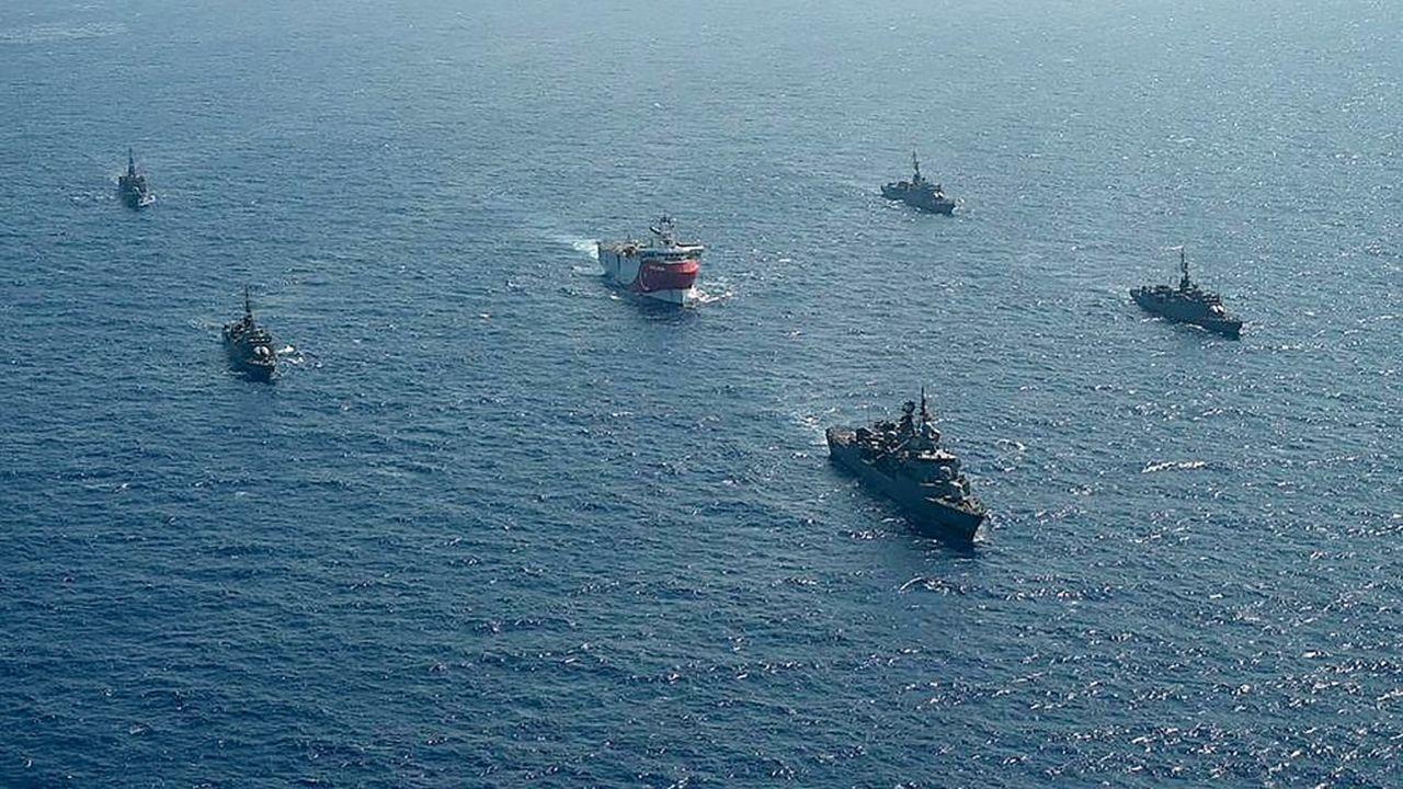 Les recherches turques d'hydrocarbures en Méditerranée orientale suscitent la colère de la Grèce et de l'Union européenne. Le bâtiment de recherche «Oruc Reis» au coeur des tensions entre la Grèce et la Turquie est ici escorté par l'armée turque au large d'Antalya le 10 août dernier.