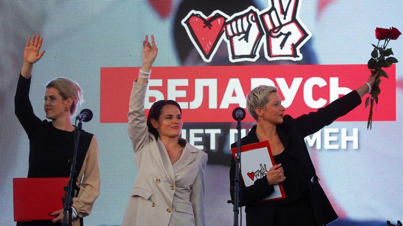 La candidate biélorusse à l'élection présidentielle Svetlana Tikhanouskaya (au centre), accompagnée de Veronika Tsepkalo, femme de la figure de l'opposition Valerii Tsepkalo (à gauche), lors d'un meeting électoral le 30juillet 2020.