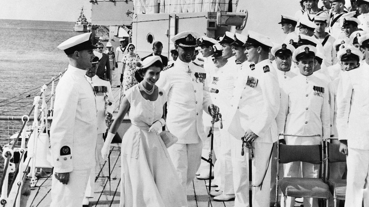 Elisabeth II, en mars 1954, à bord du croiseur australien, le HMAS Australia. Entre novembre 1953 et mai 1954, la reine entreprend une« tournée » du Commonwealth.