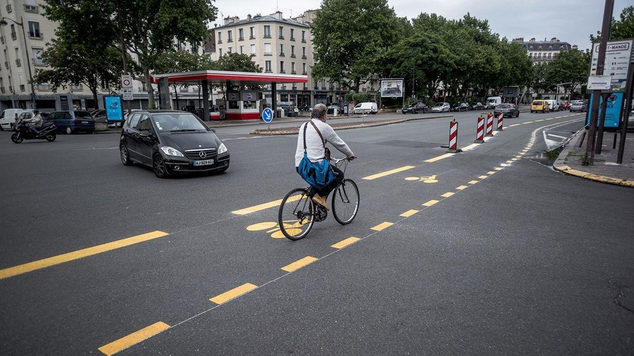 Juste après le déconfinement, la maire de Paris tout juste réélue a lancé 50km de pistes cyclables supplémentaires dans la capitale, avec des extensions en proche banlieue.