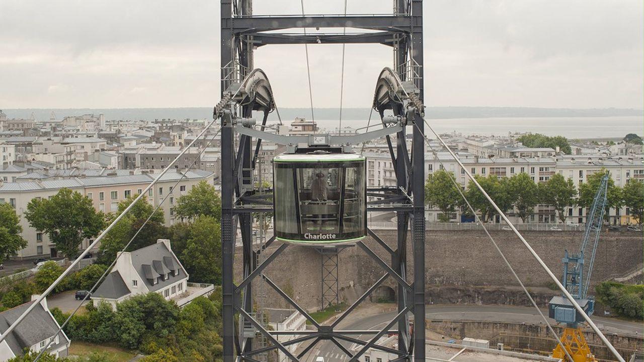 Les deuxcabines du téléphérique urbain de Brest ne se croisent pas l'une à côté de l'autre, comme traditionnellement, mais l'une au-dessus de l'autre.