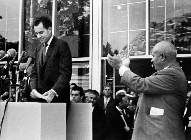 Richard Nixon, alors vice-président des Etats-Unis, et le leader soviétique Nikita Khrouchtchev à Moscou, le 27juillet 1959.