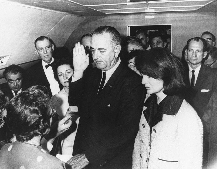 Lyndon Johnson prête serment en tant que président des Etats-Unis, après l'annonce de la mort de John Fitzgerald Kennedy, le 22novembre 1963.