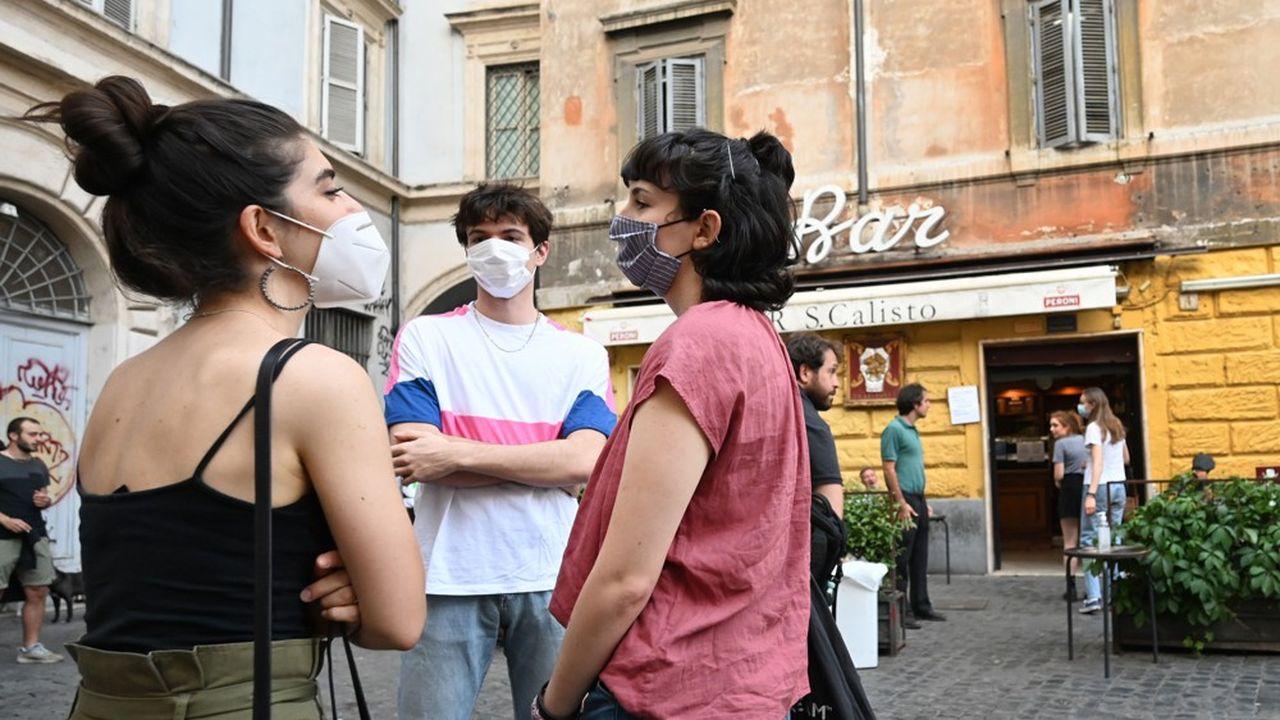 Le gouvernement italien impose le port du masque entre 18heures et 6heures dans les lieux publics et ferme les discothèques ainsi que les boîtes de nuit en plein air ou dans les hôtels.