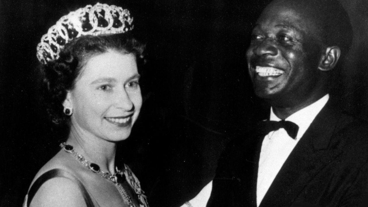 Au cours d'un bal organisé pendant le séjour d'Elisabeth II au Ghana en novembre 1961, Kwame Nkrumah, président de la République du Ghana, danse avec la reine d'Angleterre.