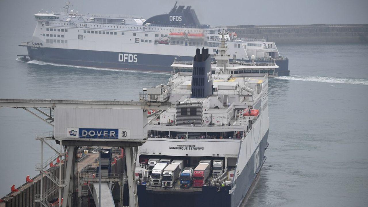 Un ferry quitte le port de Douvres pour ramener des voyageurs pris de court par la décision du gouvernement britannique, le matin même, d'imposer une quarantaine pour quiconque provient de France.