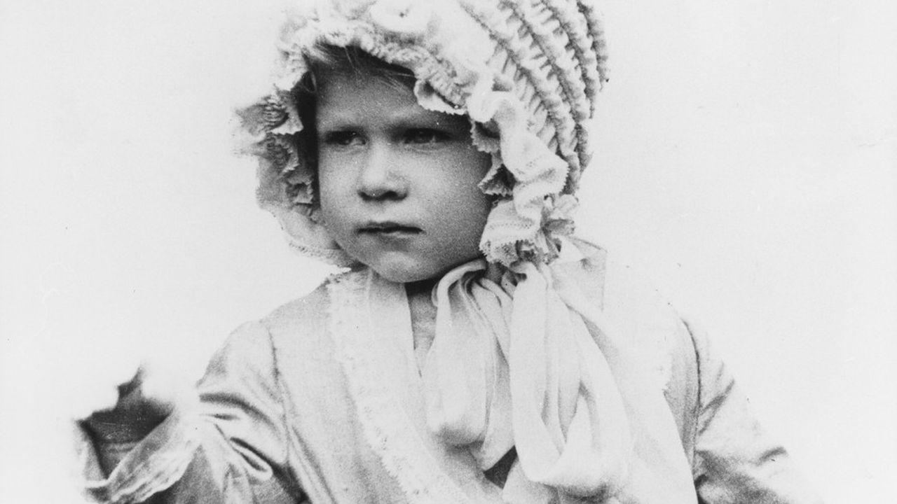 Elisabeth II (ici en 1928) naît le 21 avril 1926 à Londres. Fille du second fils du roi régnant George V, elle n'a que très peu de chances de régner un jour.