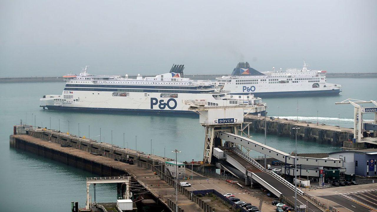 Deux ferries se croisent dans le port de Douvres, alors que Londres vient d'annoncer de nouvelles mesures de quarantaine pour les passagers venant de France.REUTERS/Peter Cziborra