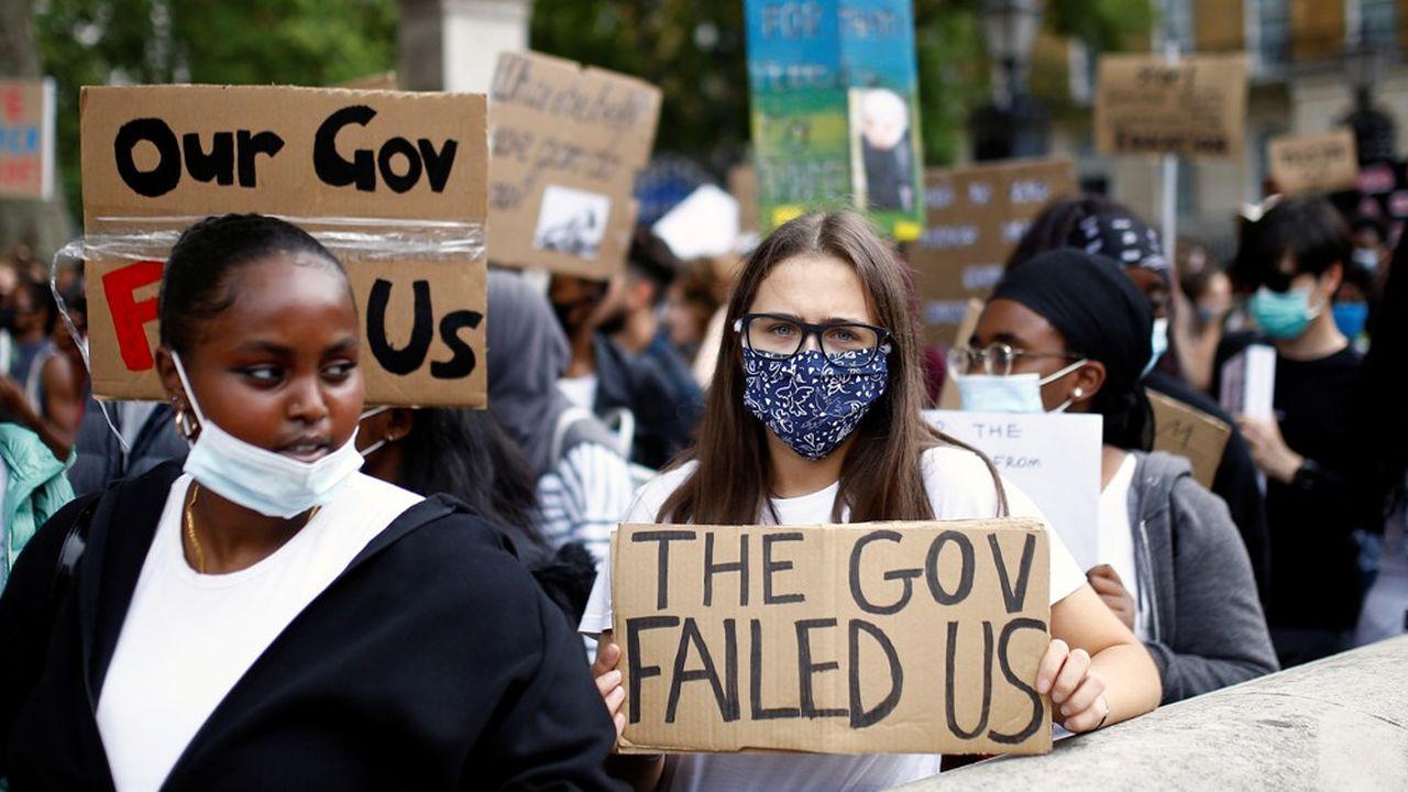 Des lycéens ont manifesté pendant le week-end, avec des pancartes proclamant «Merde à l'algorithme» et «Faites confiance à nos professeurs».