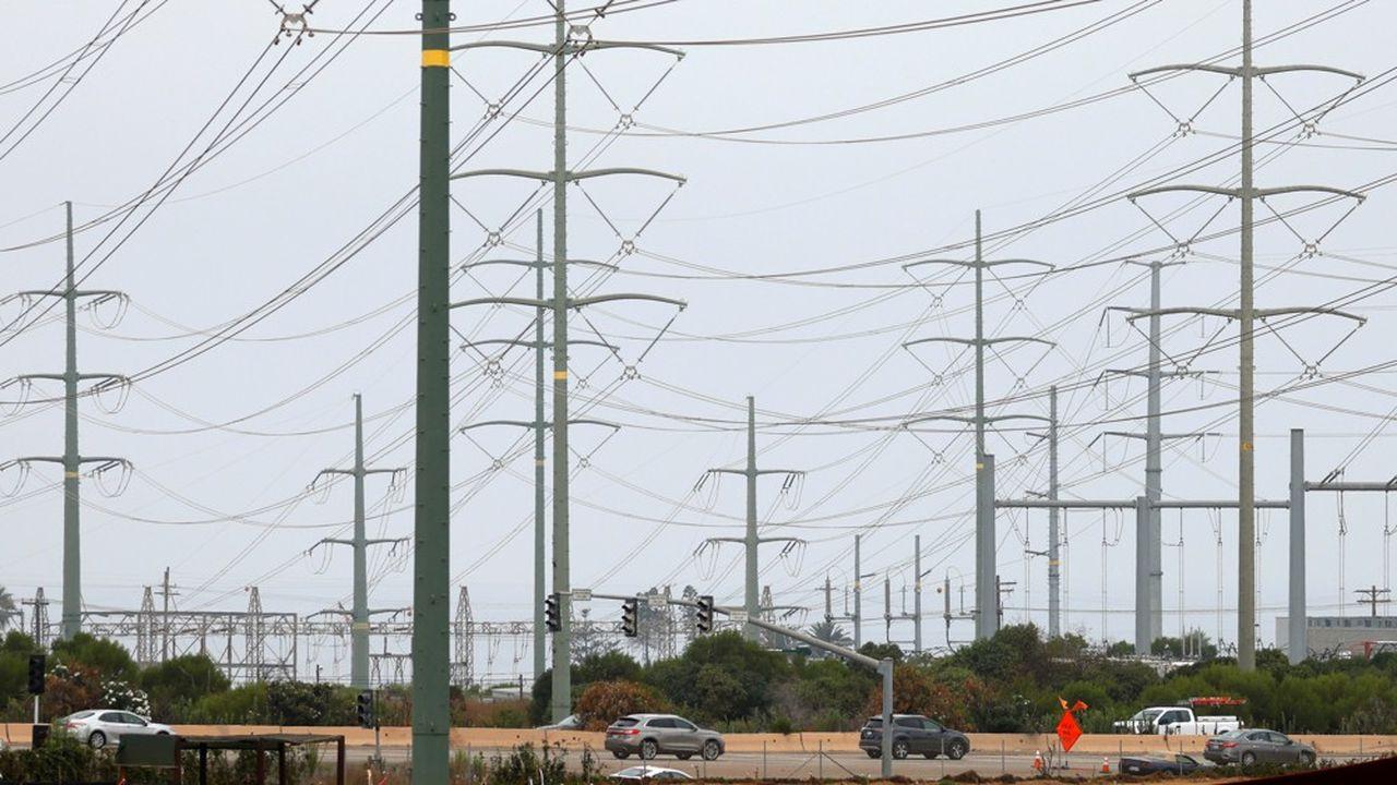 La Californie n'étant plus capable de produire assez d'électricité pour faire face à la demande, le gestionnaire de réseau a demandé aux fournisseurs de réduire la consommation de 1.000 mégawatts pendant quelques heures.