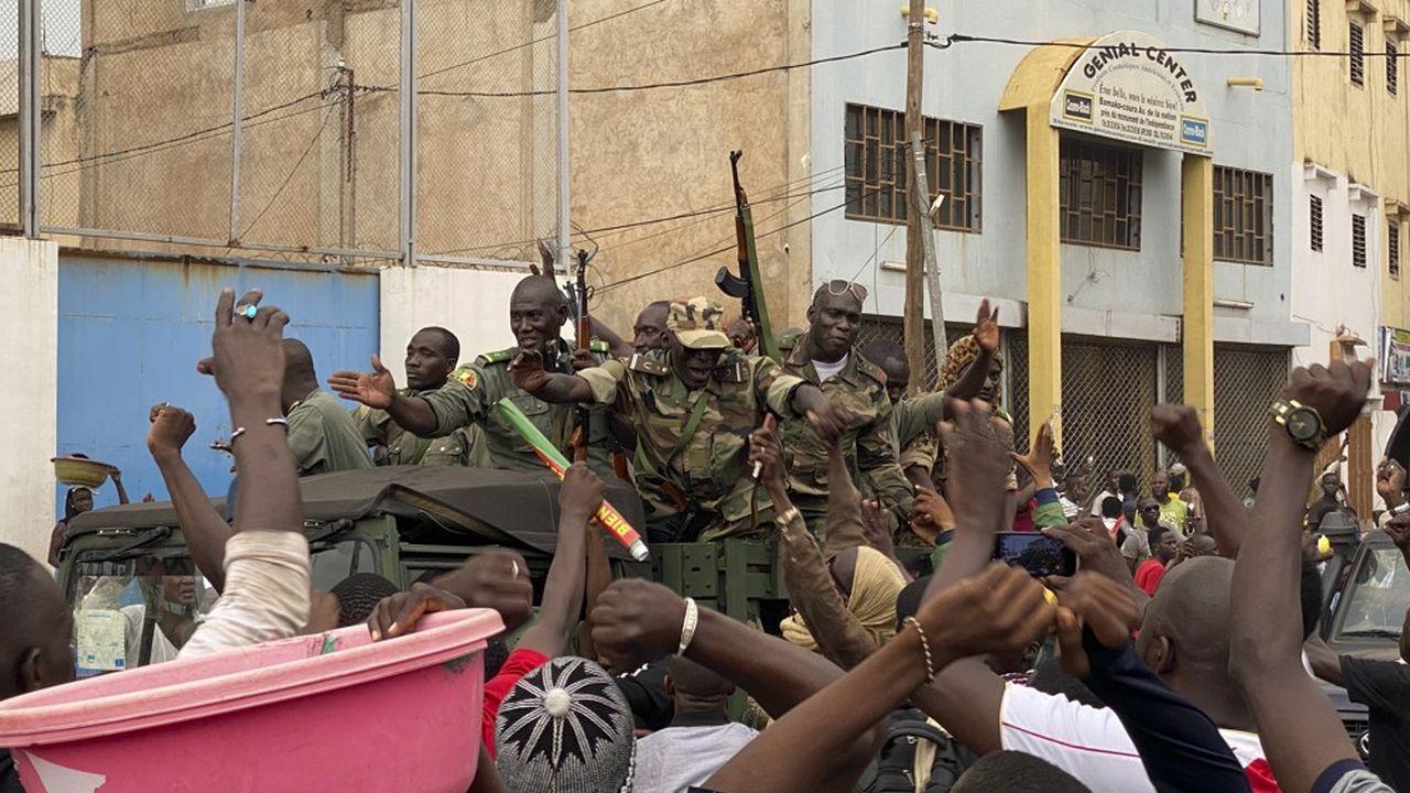 Des militaires renversent le président et promettent des élections — Mali