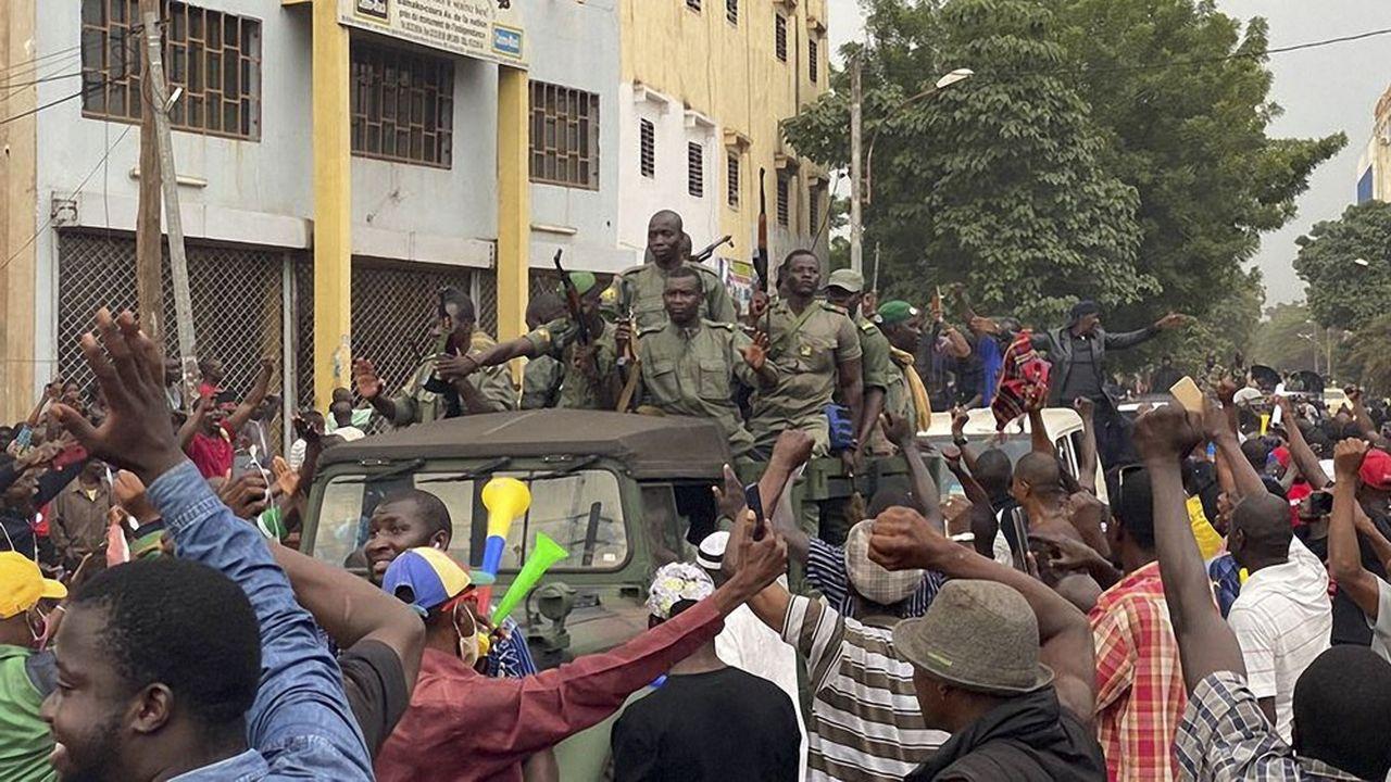 Les mutins ont été salués par la foule lors de leur arrivée, mardi après-midi, sur la place de l'Indépendance, avant de capturer le président Ibrahim Boubacar Keita.