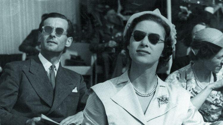 Dans les années 1950, la princesse Margaret n'obtiendra pas le consentement de la reine pour épouser le capitaine Peter Townsend.Le Premier ministre, Winston Churchill ne veut pas non plus entendre parler de ce mariage.