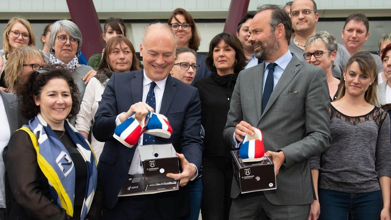 Edouard Philippe (à droite), alors Premier ministre, aux côtés de Renaud Dutreil, lors d'une visite de l'usine de La Manufacture Charentaise, le 2mai 2019.