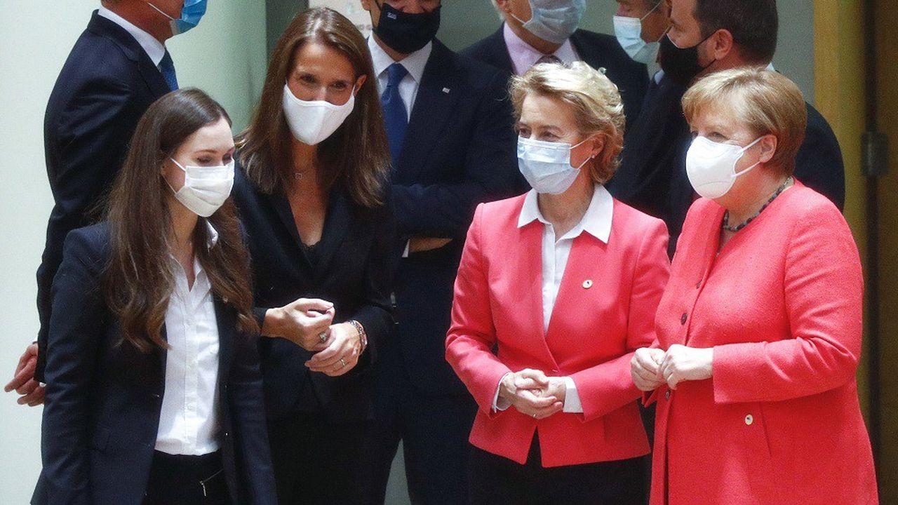 De gauche à droite, la Première ministre finlandaise Sanna Marin, la Première ministre belge Sophie Wilmès, la présidente de la Commission européenne Ursula von der Leyen et la chancelière allemande Angela Merkel.