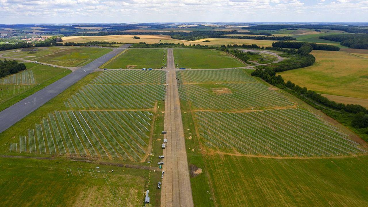 Le site fera cohabiter deux fermes solaires, une piste d'aviation légère et des pâturages ovins.