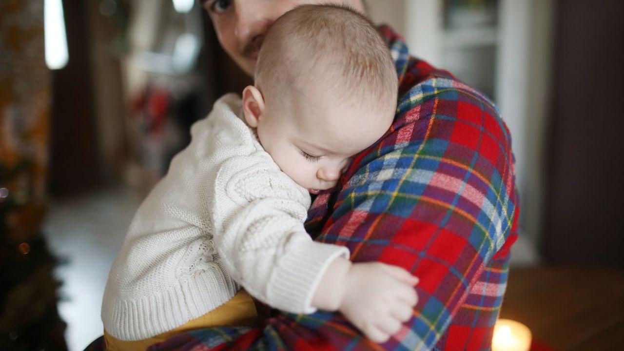 En temps normal, après la naissance d'un enfant, le père a le choix : prendre le « congé paternité et d'accueil de l'enfant » de 11 jours consécutifs week-end inclus (à poser dans les 4 mois après la naissance de l'enfant) ou retourner travailler.