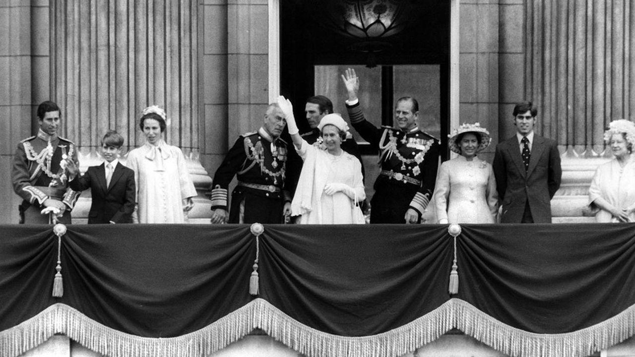 La famille royale d'Angleterre saluant la foule depuis le balcon de Buckingham Palace, Londres, 1977.