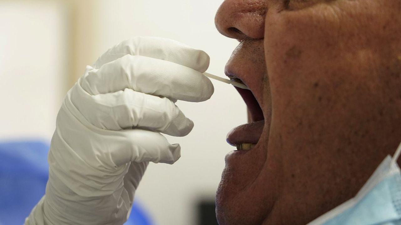 Moins intrusif que les tests PCR avec écouvillon, les tests salivaires pourraient être une alternative dans certains cas