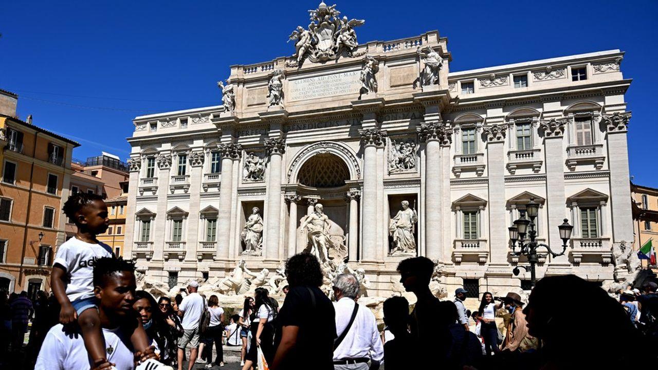 La police peine à imposer le port du masque devant la fontaine de Trevi, à Rome, où les touristes se prennent en photos.