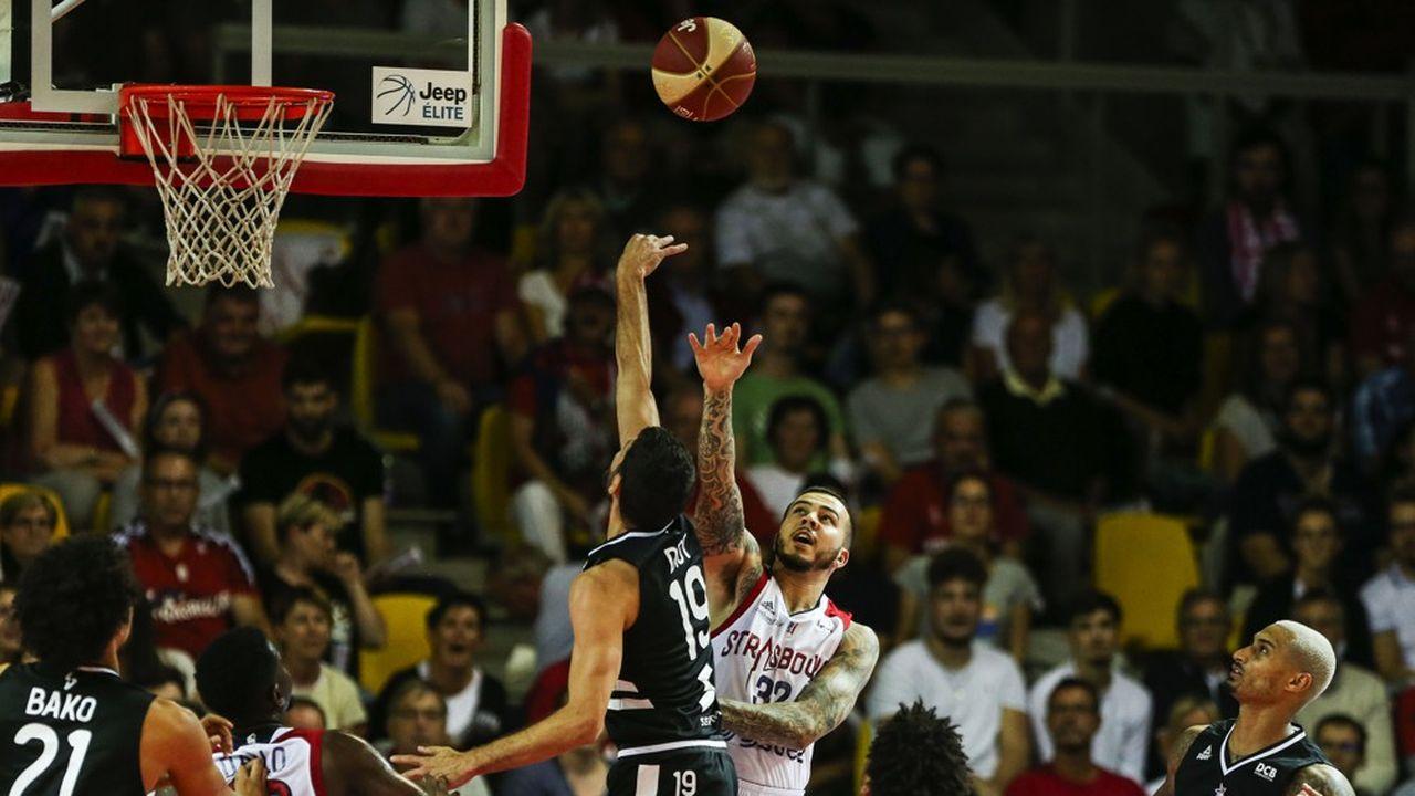 Le basket, comme d'autres sports collectifs en salle, est affecté par la limitation de la capacité des enceintes sportives. Le club SIG Strasbourg, par exemple, réalise 70% de ses recettes avec sa salle de 6.200places.