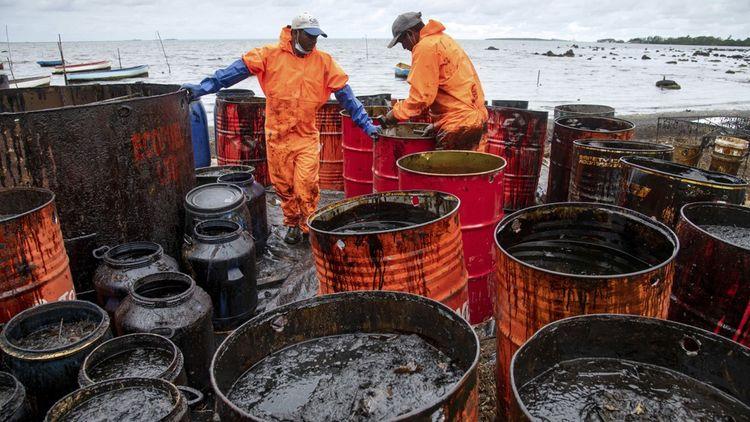Entre 800 et 1.000 tonnes de fioul se sont échappées du vraquier qui s'est échoué le 25juillet derniersur un récif à la Pointe d'Esny, au sud-est de l'île Maurice. Il avait à son bord3.800 tonnes de fioul et 200 tonnes de diesel.