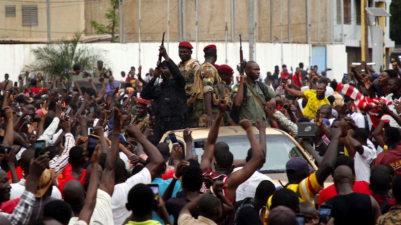 Une foule acclamant les forces putschistes.
