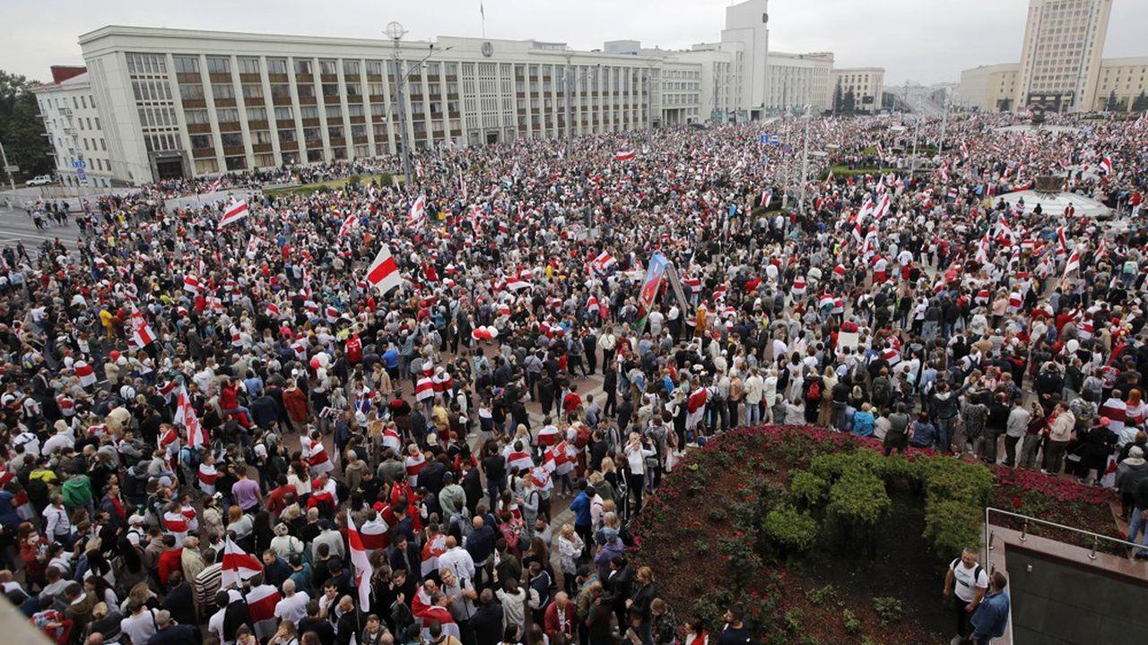 Brandissant des drapeaux blanc et rouge, les couleurs de la contestation, la foule était réunie sur la place de l'Indépendance et dans les rues environnantes, dimanche, reprenant en choeur des slogans comme «Liberté!».
