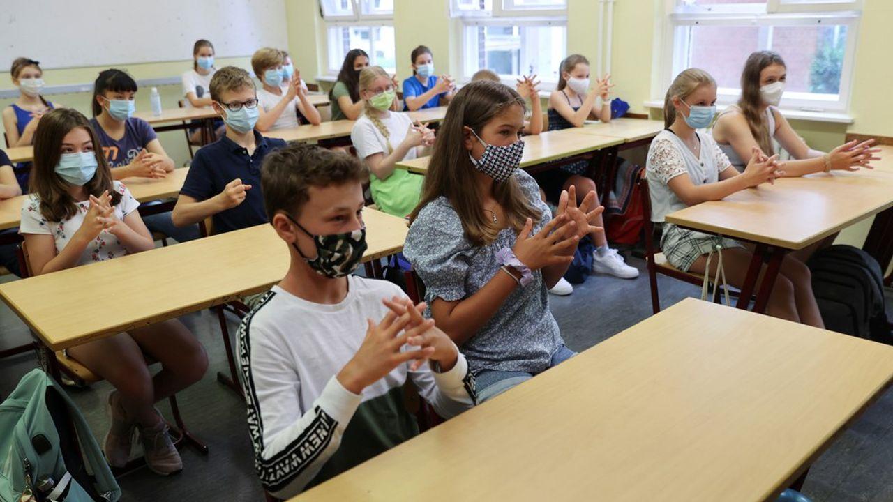 Partis mi-juin en vacances, des milliers d'élèves du nord de l'Allemagne ont repris, dès lundi 3août, le chemin de l'école.