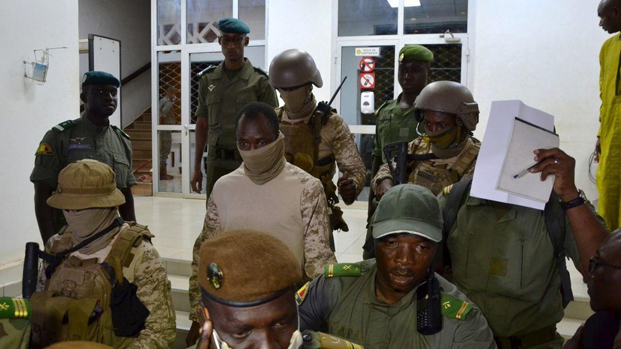 Le colonel Assimi Goita, le chef de la junte, s'apprête à commenter les résultats des discussions avec les médiateurs de la Cedeao, à Bamako.