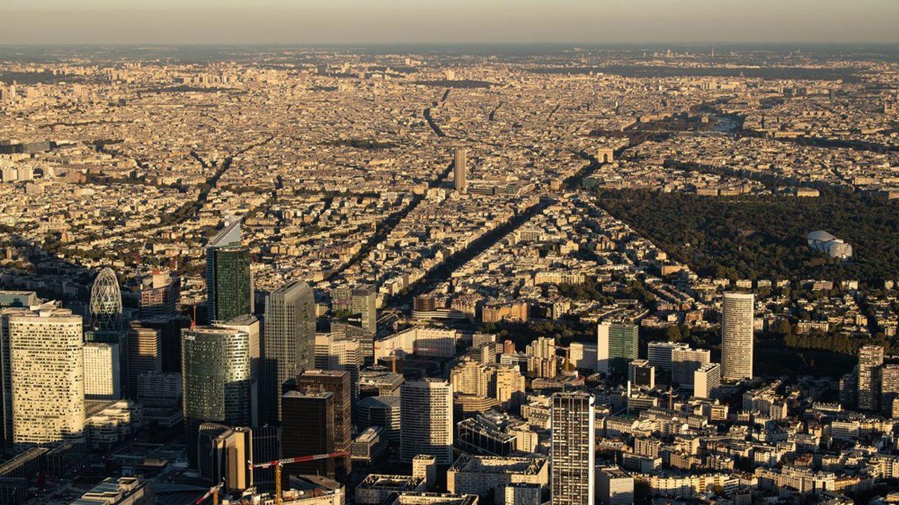 Vue de aérienne du quartier d'affaires de la Défense et de Paris.
