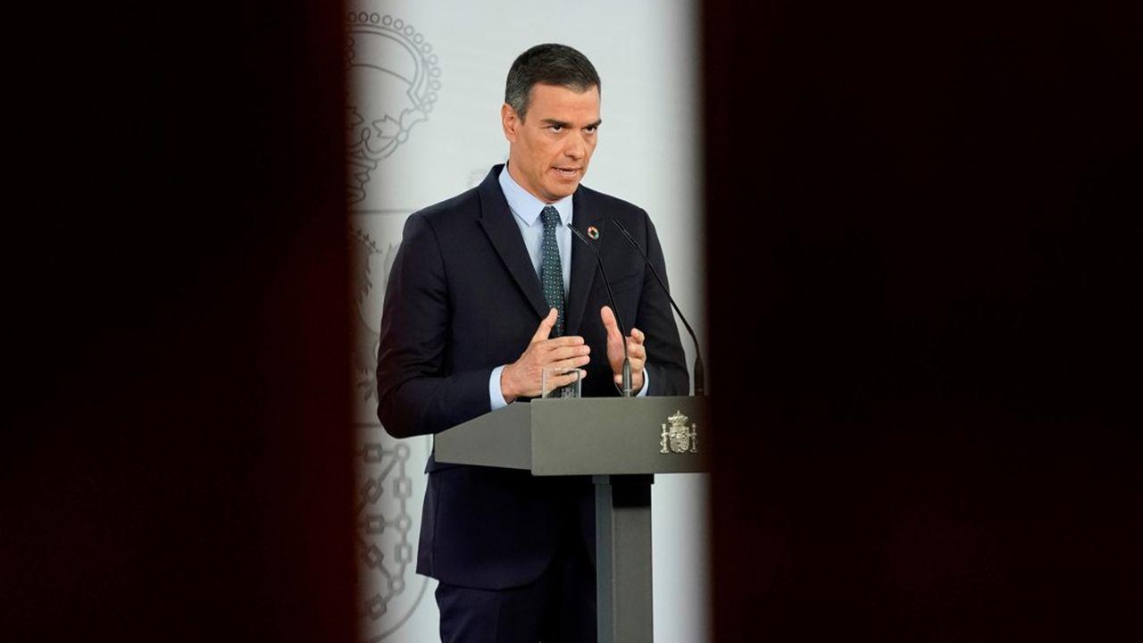 Pedro Sánchez lance un appel à la vigilance et à la sérénité face à l'expansion de la pandémie.
