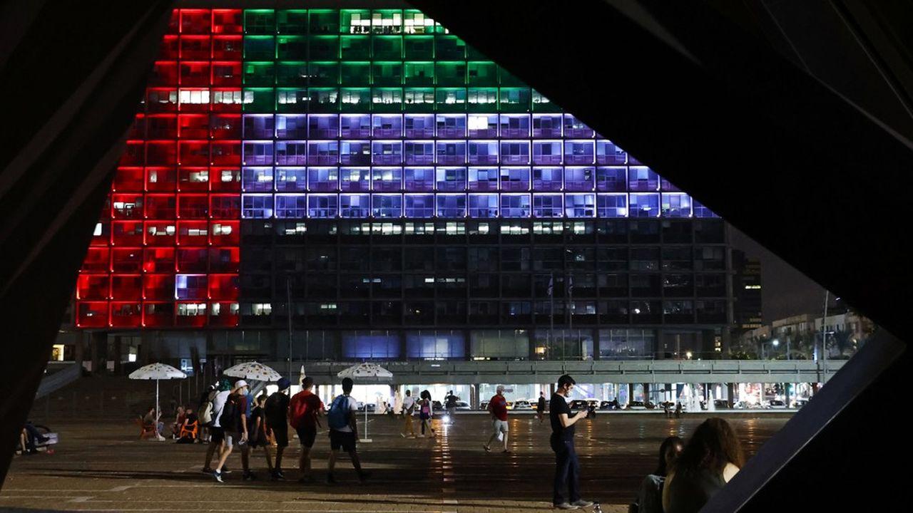 La mairie de Tel Aviv était éclairée aux couleurs du drapeau des Emirats arabes unis le 13août 2020, jour de l'annonce de l'accord de normalisation passé avec Israël.