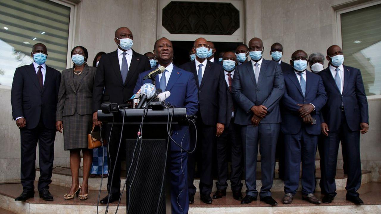 Le président ivoirien, Alassane Ouattara, s'adresse à la presse après avoir déposé sa candidature officiellement, lundi.