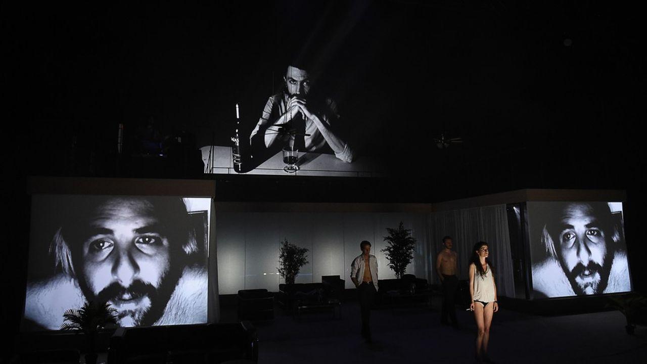 L'épopée apocalyptique de Julien Gosselin produit des images qui subjuguent, s'impriment sur la rétine et s'inscrivent dans la mémoire.