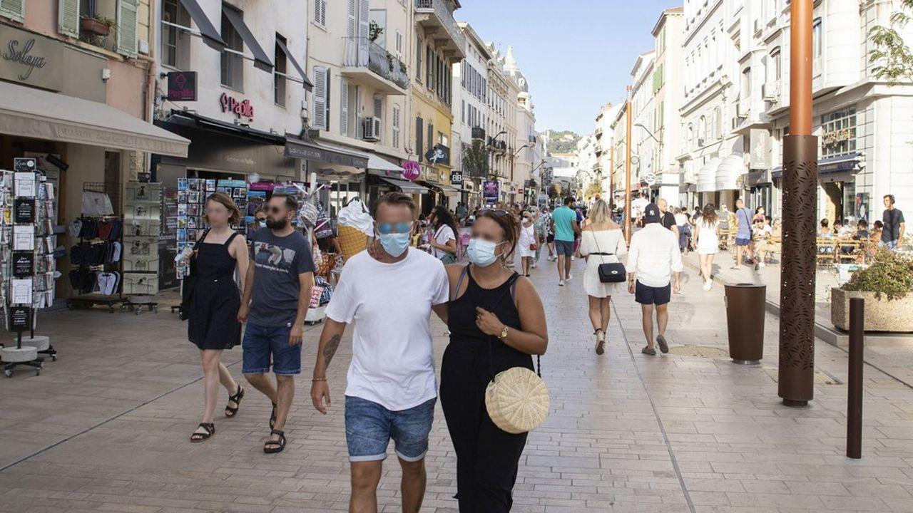 Une rue commerçante à Cannes (Alpes-Maritimes).