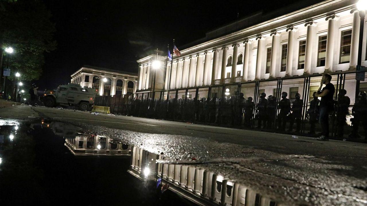 La présence policière était faible dans la ville de Kenosha mardi soir, sauf autour du palais de justice.