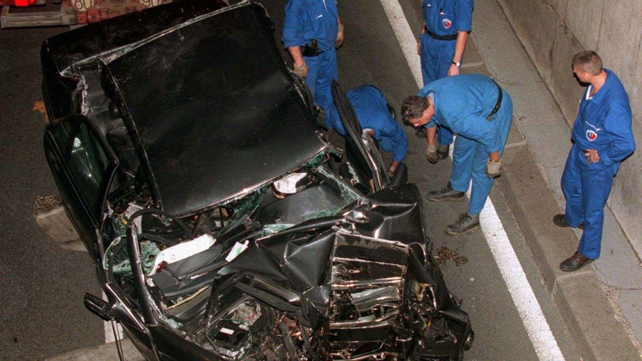 Les services de police sur le point de faire enlever la carcasse de la Mercedes dans laquelle la princesse Diana a trouvé la mort, en août 1997, dans le tunnel du pont de l'Alma à Paris.