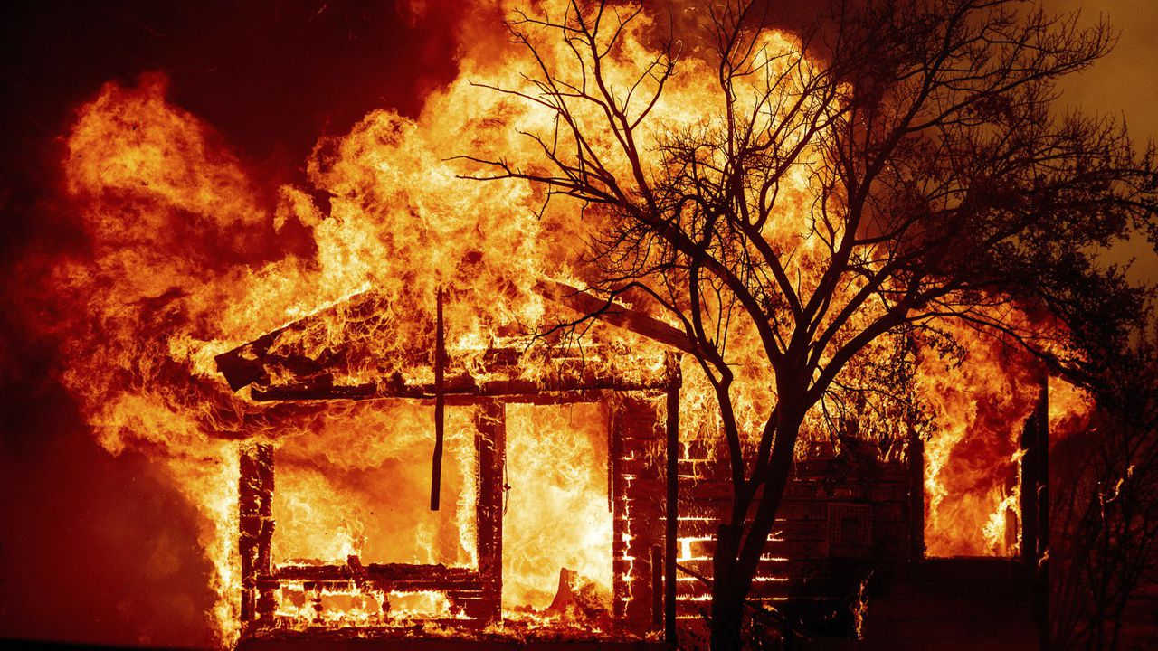 Les flammes du « LNU Lightning Complex » consumment une maison à Vacaville, au nord-est de San Francisco, le 19 août 2020.