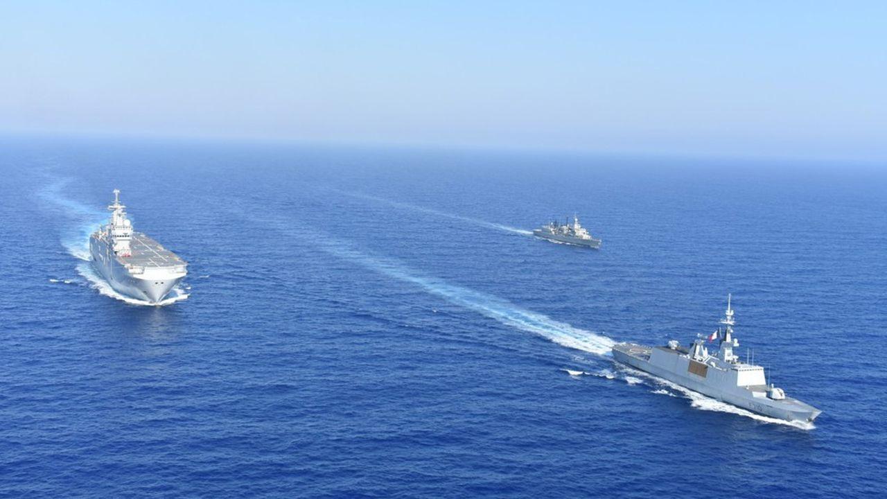 Des navires grecs et français font route en formation en Méditerranée.