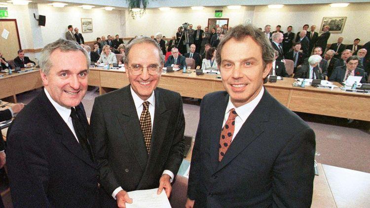 10 avril 1998, à Belfast, le Premier ministre britannique Tony Blair (à droite), le sénateur américain George Mitchell (au centre) et le Premier ministre irlandais Bertie Ahern, ont signé l'accord du Vendredi saint pour la paix en Irlande du Nord.
