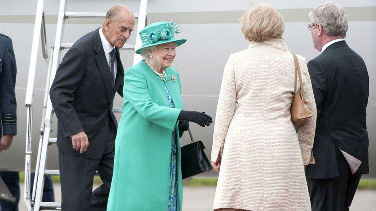 La reine Elizabeth II et le prince Philip, duc d'Edimbourg, arrivent à l'aéroport de Baldonnel près de Dublin le 17 mai 2011. C'est la première visite d'un monarque britannique en Irlande depuis 1911.