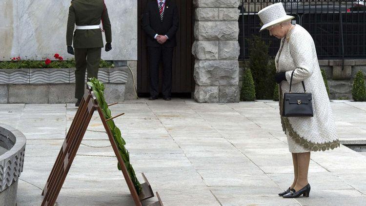 La reine a déposé une couronne au « Garden of Rememberance » édifié en souvenir des Irlandais tombés contre l'Angleterre.